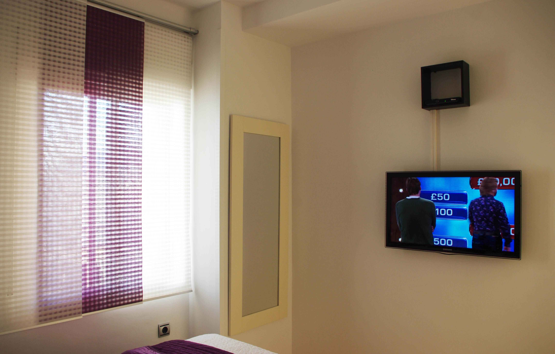 Skol apartments, Marbella - apartment 811A -  Bedroom flat screen TV